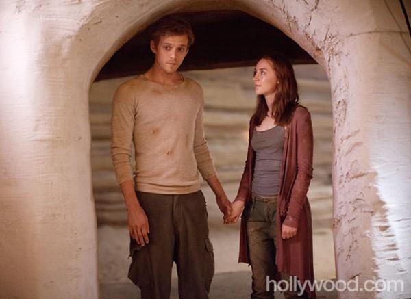 Ian (Jake Abel) and Wanda (Saoirse Ronan)