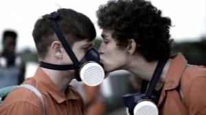 robert-sheehan-gay-kiss