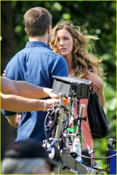 stephen-amell-katie-cassidy-arrow-filming-04