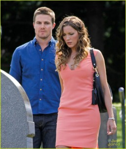 stephen-amell-katie-cassidy-arrow-filming-06