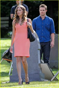 stephen-amell-katie-cassidy-arrow-filming-07