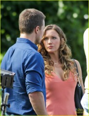 stephen-amell-katie-cassidy-arrow-filming-10