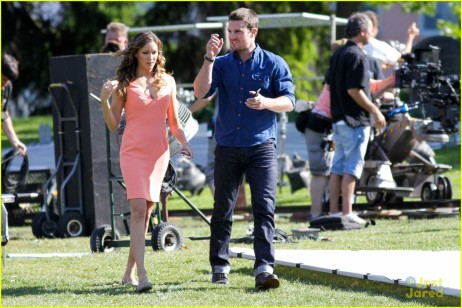 stephen-amell-katie-cassidy-arrow-filming-12