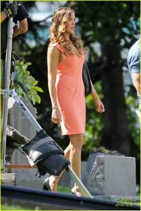 stephen-amell-katie-cassidy-arrow-filming-13