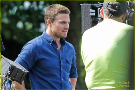 stephen-amell-katie-cassidy-arrow-filming-14