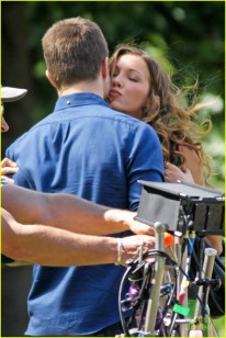 stephen-amell-katie-cassidy-arrow-filming-15